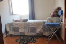 Habitación muy luminosa con ventana exterior, cama doble y armario. El alojamiento incluye: Sábanas y toallas limpias y ventilador en verano.
