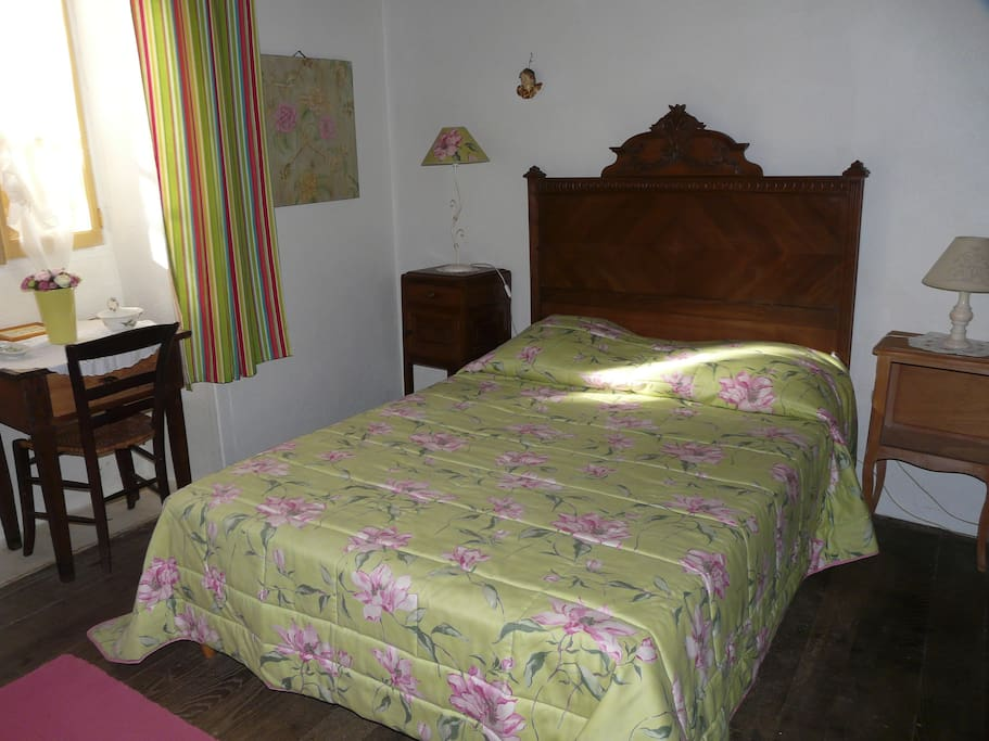 Chambres joliment décorées avec une bonne literie