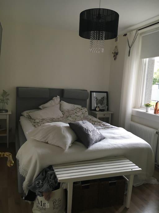 Dubbelsäng, finns även en dubbel eldriven luftmadrass som får plats i vardagsrummet.