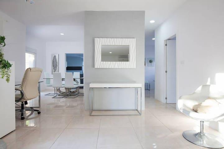 Tranquilo, moderno y luminoso hogar