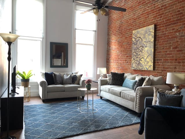 Spacious 2b2b beautiful Gaslamp home