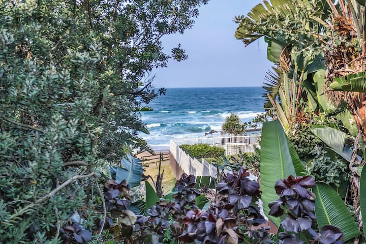 One bedroomed cottage-private beach access.