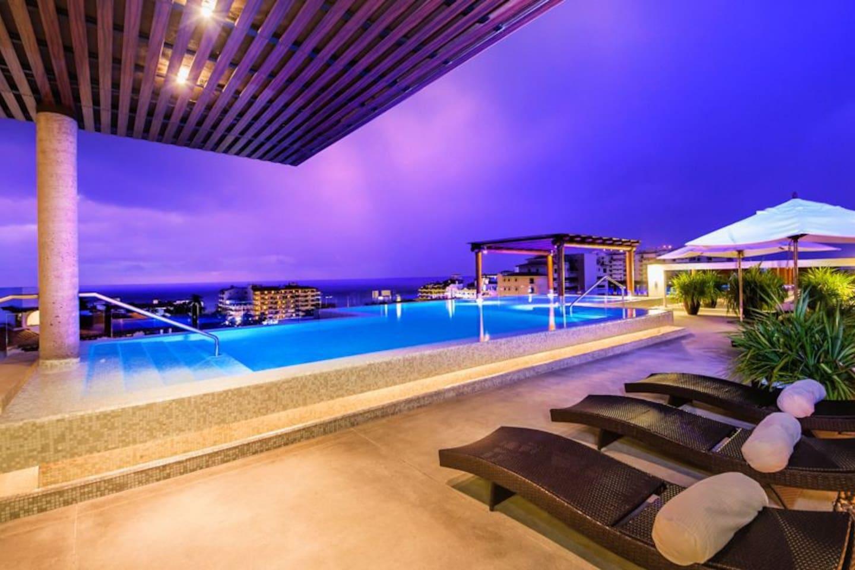 Roof Top - Infiniti Pool, lounge Area, BBQ, Jacuzzis....