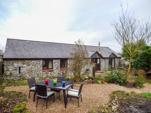 OLD DAIRY, pet friendly, with a garden in Scurlage, Ref 931743