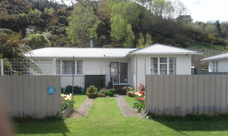 The_Cozy_Batch with a rural  view in Wanganui
