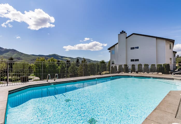 Bright Lake Chelan Condo W Shared Swimming Pool Hot Tub Houses For Rent In Chelan