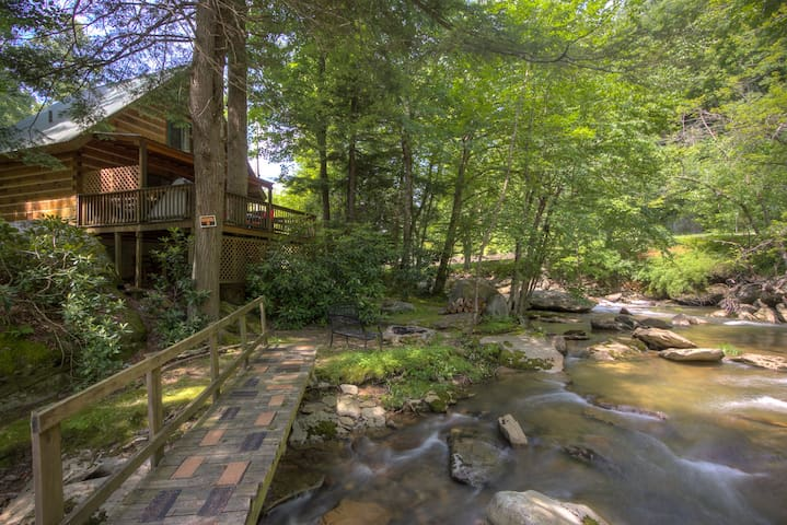 Cascade Dreams on waterfall, hot tub, wifi....