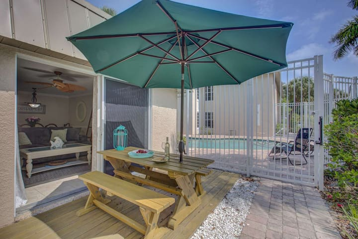 New Listing in Siesta Key Village, Walk to Beach, Parking, Wi Fi, Steps to the Pool, Patio, Smart TV