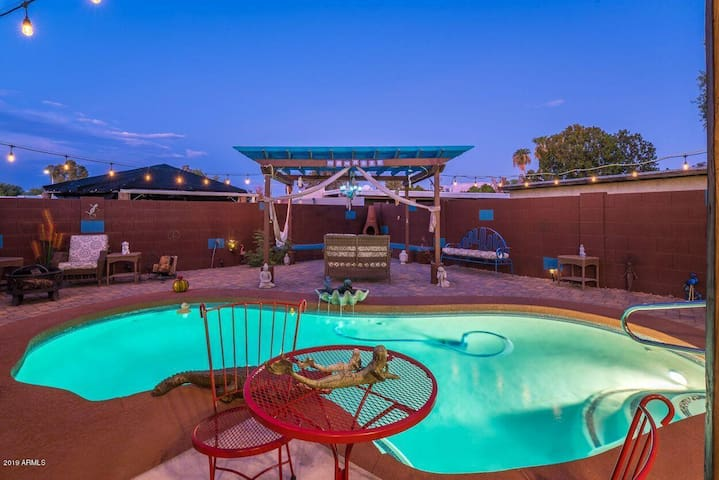 LICENSE TO CHILL~ PRIVATE POOL & HOT TUB 6BD/3BA!