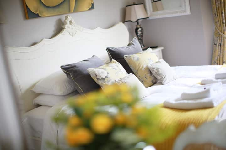 Brindleys Boutique B&B Deluxe SuperKing Room 3 with en-suite and free parking & breakfast included. Brindleys is just a 6 minute walk from Bath city centre