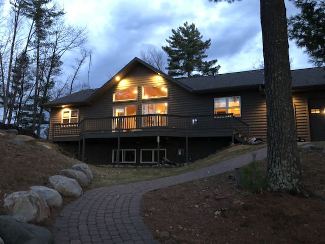 MINOCQUA CHAIN - NEW LAKE HOME 3 MINUTES TO TOWN