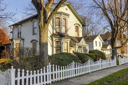 Stay in a Beautiful Historic 1864 Victorian - West Chicago - บ้าน