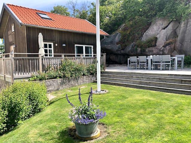 Fräscht litet hus med havsutsikt i Bovallstrand!