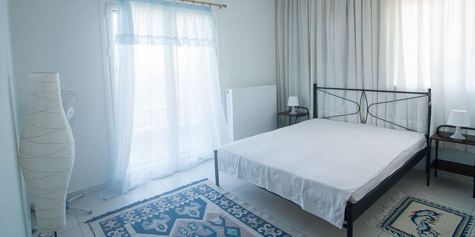 Quiet large bedroom, private balcony with sea view.