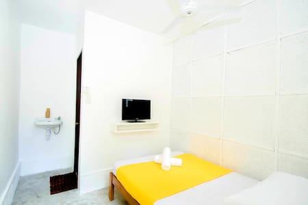 Cheap Standard Fan Room Near Station 1 White Beach - Malay