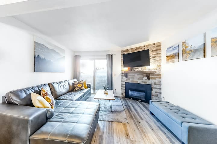 Contemporary Ski Condo w/ a Shared Hot Tub, Free WiFi, & a Gas Fireplace