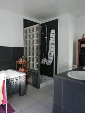 Douche et lavabos à votre disposition