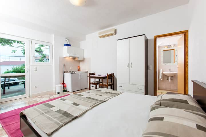 Studio apartment just 25 m away from the beach A2
