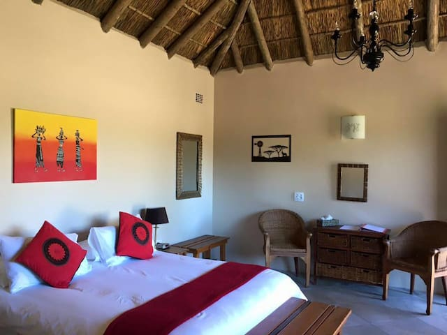 Chrislin African Lodge Valencia Hut with Queen bed - Addo - Inap sarapan