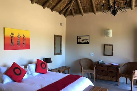 Chrislin African Lodge Valencia Hut with Queen bed - Addo - Bed & Breakfast