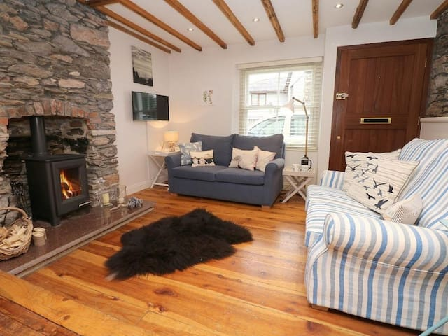 QUAYSIDE, pet friendly, with open fire in Cargreen, Ref 980695