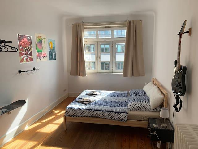 Schönes Zimmer in heller Wohnung, zentral gelegen