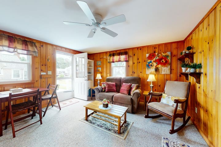 New listing! Beach cottage w/outdoor dining area - walk to the beach