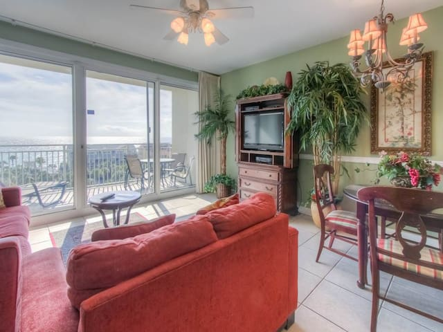 Comfortable Unit, Pool on-site, Beach chairs and umbrella included, Near the Beach