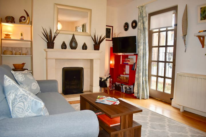 Cosy and Comfortable Apt, great location & parking