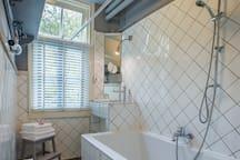 Ensuite bathroom with nice dubble bath. Windows overlooking the big garden.
