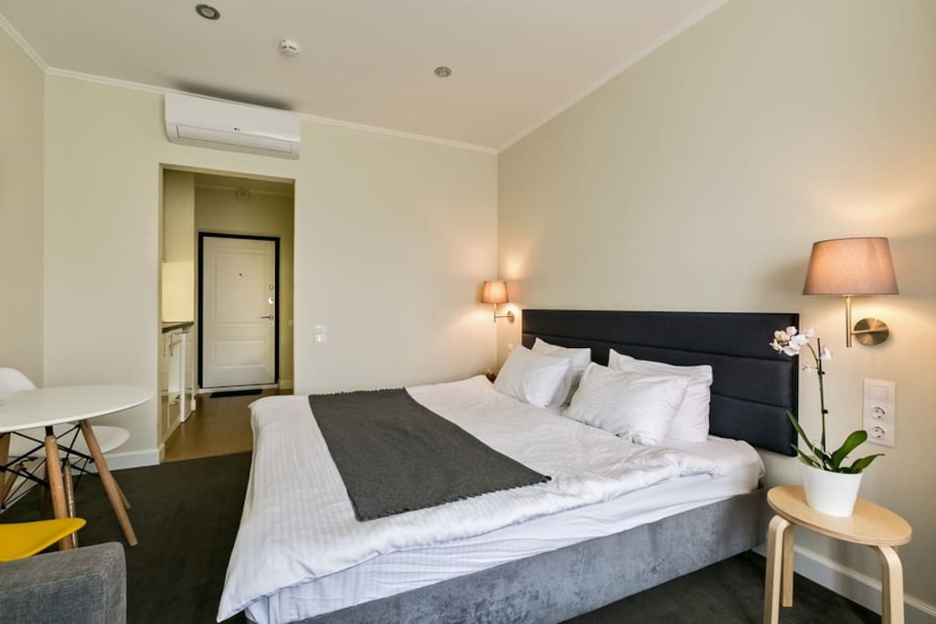 Уютная, широкая и мягкая двуспальная кровать