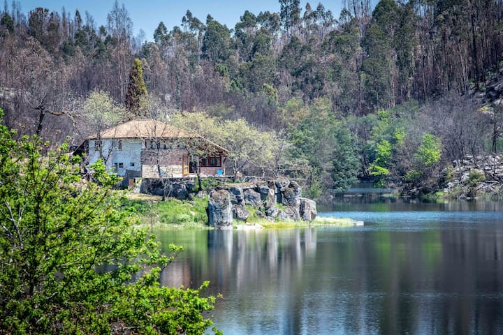 Traditional country house with view of the river Dão