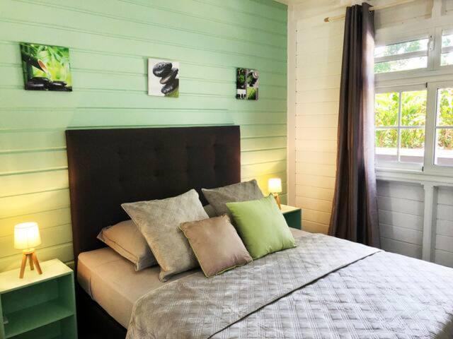 Chambre Bambou avec son grand dressing.Climatisee.Lit 160m.Au rez de chaussée.