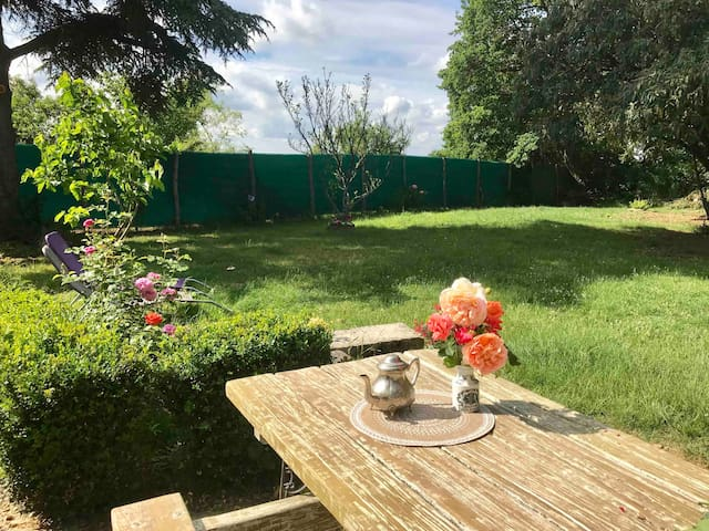 Approfittate della tavola da pranzo in giardino