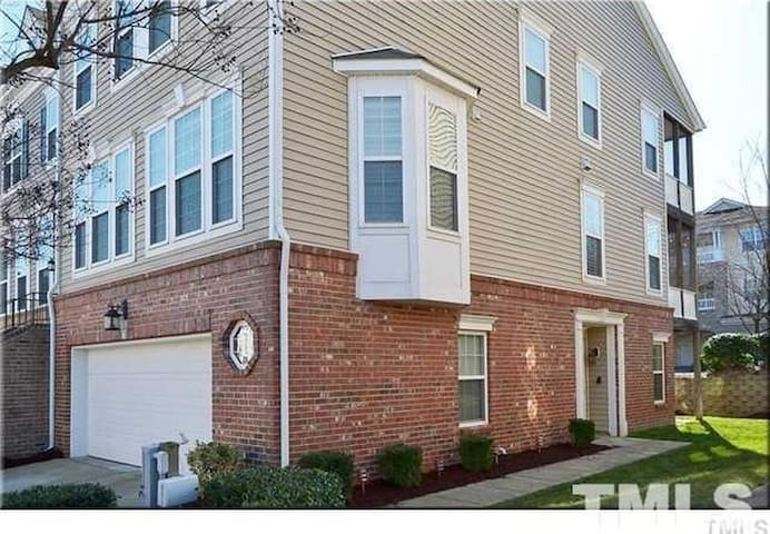 Raleigh Townhome - airport and downtown convenient