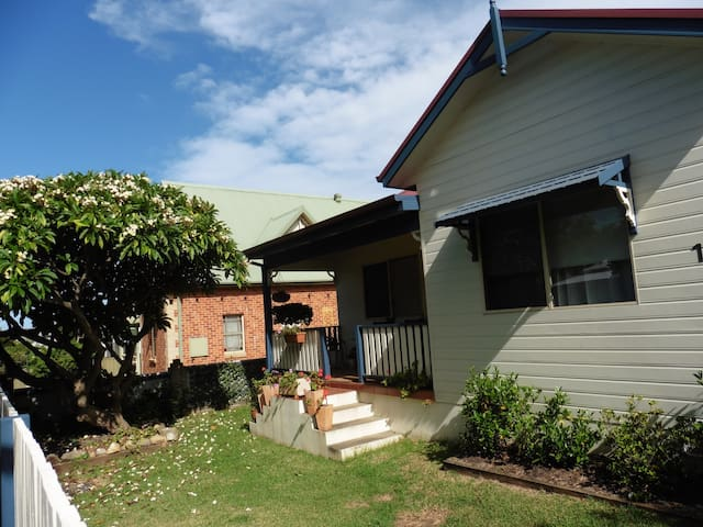 Frangipani Cottage - Thirroul - Hus