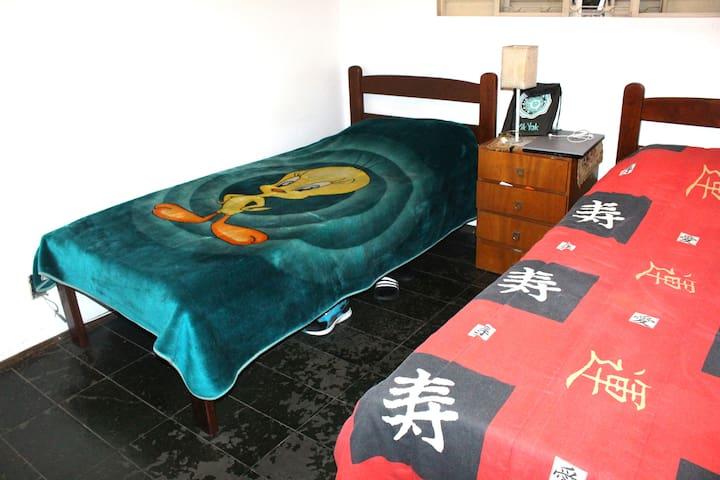 O quarto compartilhado é bem amplo, mede 3,8m x 2,7m e tem armário com chave, para maior segurança.