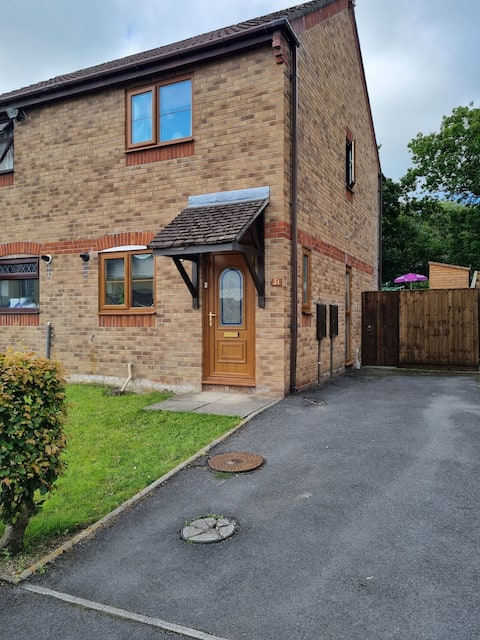 Lovely 2 bedroom home from home, with attractive garden and private parking for 2 cars.