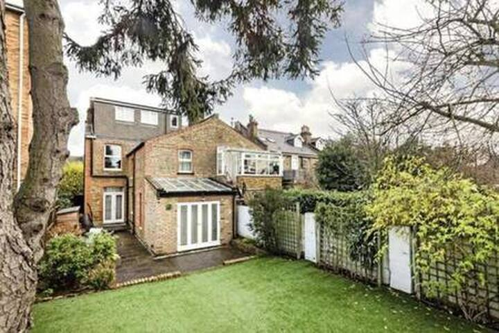 Gorgeous 4 Bed House + FREE Parking