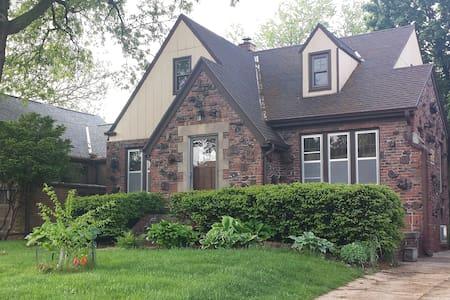 Midtown neighborhood (2xbed&bath) - Omaha - House
