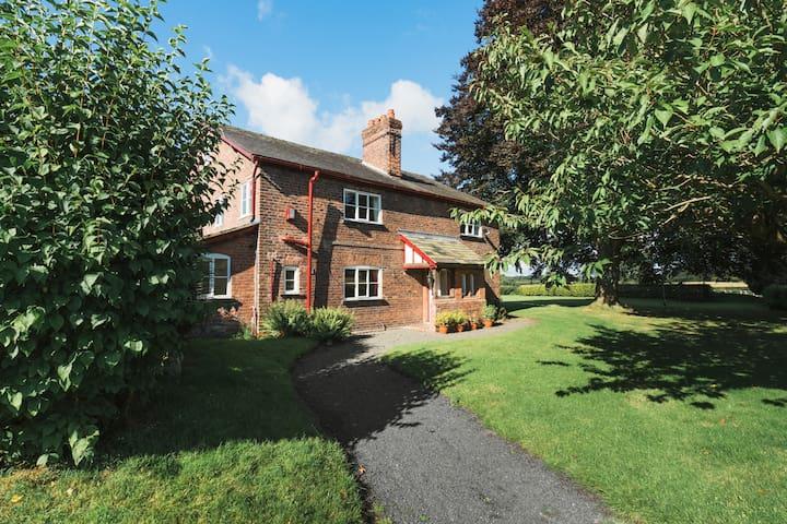 Birkin Farm - Spacious Farmhouse by Tatton Stays