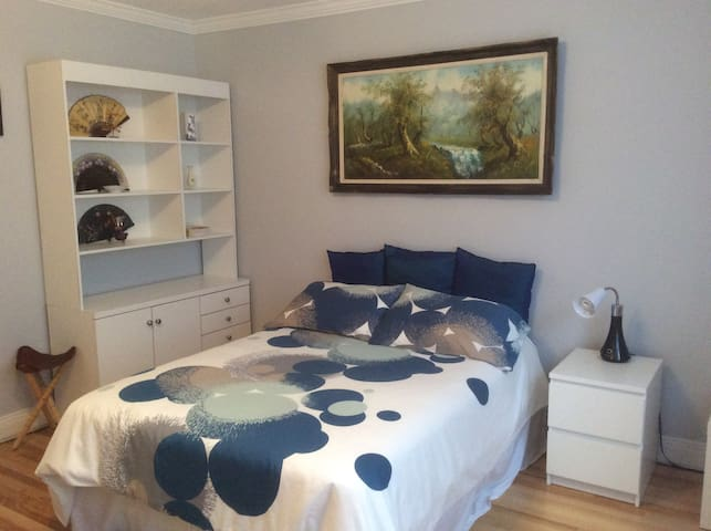 Great bedroom with work area close to the Oratory