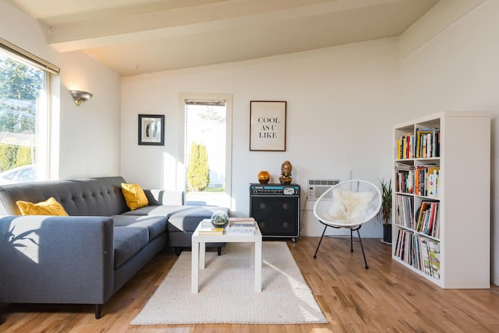Cozy, Bright Mid-Century Ranch Home (near airport)