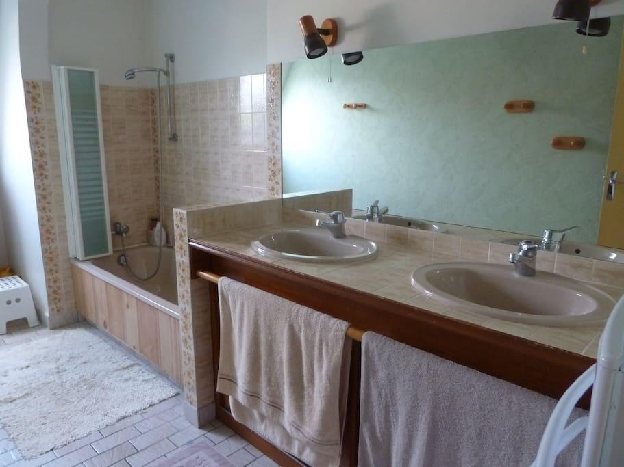 La salle de bain réservée à nos invités