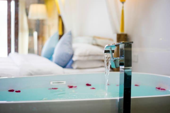 【沧海】泸沽湖超级湖景浴缸大床房 带空调 可观星空 可停车