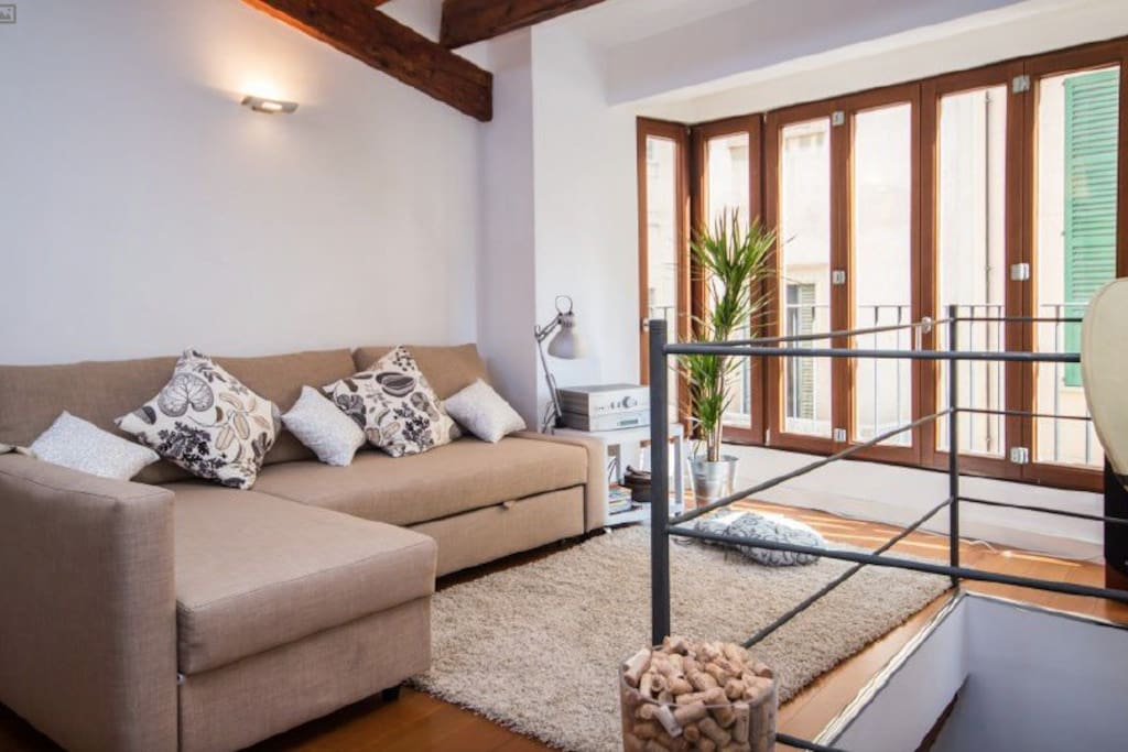 Situated in the heart of Palma's vibrant life and located in one of it's most popular area. The apartment offers an excellent base for you to experience the wonderful restaurants, tapas bars and nightlife that Palma de Mallorca offers.