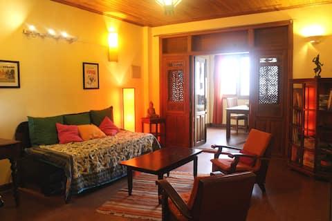 Charming khmer wooden apartment / Royal Palace