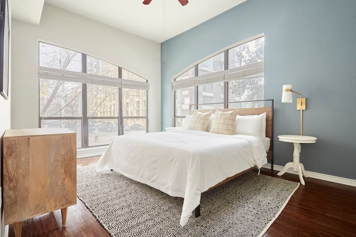 Sonder | Shoal Creek | Lovely 2BR + Balcony
