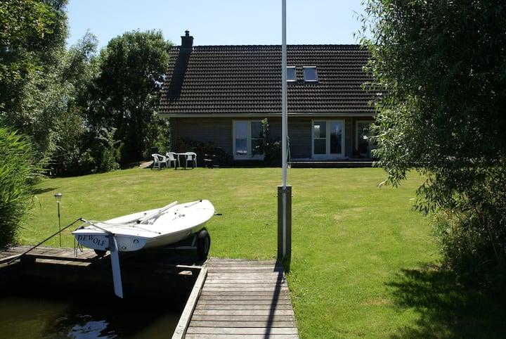 Villa op privé eiland Friese meren & boot.