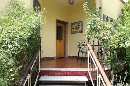 Appartamento indipendente in villetta con giardino